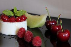 Cuajada de yogurt y miel con surtido de frutas de temporada