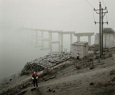 """Broken bridge in Wanzhou"" por Jiagang Chen, 2009. #cityscapes #fotografia"