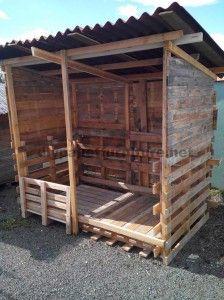 Abri construit avec du bois recyclé                                                                                                                                                                                 Plus