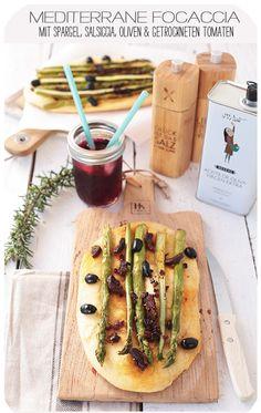 Mediterrane Focaccia mit Spargel, Salsiccia, Oliven & getrockneten Tomaten