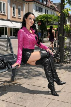 photos latex vinyl cuir - Page 572 Sexy Outfits, Crazy Outfits, Sexy Boots, Cool Boots, Leather Fashion, Fashion Boots, Walking In High Heels, Sexy Stiefel, Black Thigh High Boots