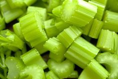 Celery is much much than an ingredient to add to your salad or soup, as many people tend to think. Here are some revitalizing celery recipes! Spinach Nutrition Facts, Lemon Smoothie, Detox To Lose Weight, Celery Recipes, Nutrition World, Anti Oxidant Foods, Full Body Detox, Celery Juice, Healthy Recipes