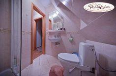 Apartament II - łazienka: kabina prysznicowa, suszarka, ręczniki  http://www.podreglami.pl/zakwaterowanie/apartament-drugi.html