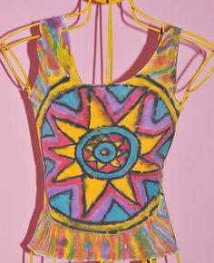 Camiseta regata com pintura estampada a mão, mandala na frente e atrás, tamanho P, 100% poliamida, altura total da peça 47 cm. Bem verão, sol e alegria.