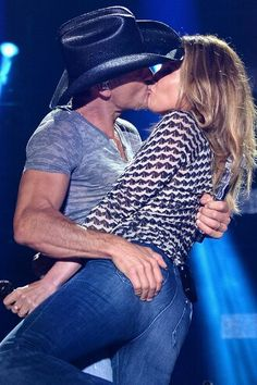 Tim McGraw and Faith Hill  NOW THAT'S A KISS!