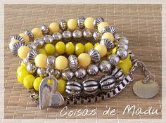 Conjunto de quatro pulseiras prata velha variadas, cristais e contas de resinas amarelas. Lindíssimas