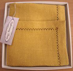 Serweta lniana z ręczna mereżką w pięknym kolorze starego złota. Idealna na mały szykowny prezent.