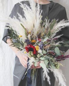 大今注目!【パンパスグラス】のウェディングブーケまとめ* | marry[マリー] Hand Bouquet Wedding, Wedding Bouquets, Wedding Flowers, Pampas Grass, My Secret Garden, Wedding Images, Dried Flowers, Wedding Colors, Wedding Reception