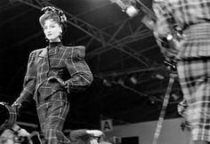 O designer Thierry Mugler foi pioneiro na tendência dos ombros largos que marcou a moda dos anos 80. As suas propostas eram futuristas e femininas e representaram uma forte influência.