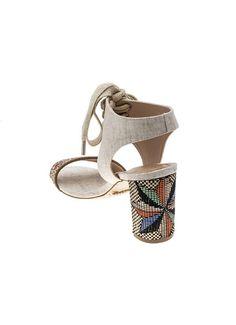 Sandália de alfodão cru com detalhe e salto em ráfia colorida. Palmilha recoberta de algodão cru e salto 7,7 cm. Cristófoli verão 2015