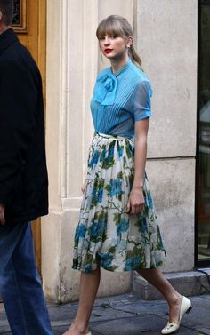 : Bow-tie blouse with floral pleated skirt . This super femme bow-tie blouse is absolutely darling when paired with a floral skirt! Estilo Taylor Swift, Taylor Swift Style, Look Fashion, Retro Fashion, Vintage Fashion, Vintage Style, Fashion Black, Girly Girl, Estilo Lady Like