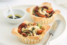 Chorizo and zucchini tartlets are quick and easy to make and are bursting with flavour. Low Calorie Smoothies, Fruit Smoothies, Chorizo, High Tea, Food Inspiration, Love Food, Zucchini, Healthy Snacks, Nutrition