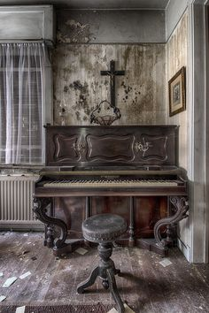 Urbex Villa Ellen | A small house situated next to a busy st… | Flickr Abandoned Mansions, Abandoned Buildings, Abandoned Places, Pianos Peints, Piano Photography, Old Pianos, Beautiful Ruins, Dark Places, Old West