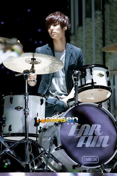 He's so different when he's on the drums Cnblue, Minhyuk, Kang Min Hyuk, Love K, Pop Rock Bands, Fnc Entertainment, Heartstrings, Boyfriends, Comebacks