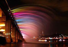 Fica em Seul, na Coreia do Sul, e é um espetáculo de luz e cor digno de ser visto. A Ponte Banpo, sobre o rio Han, tem uma fonte de água instalada e é a maior do mundo a fazê-lo. A fonte faz a água cair dos dois lados e, com cerca de 10 mil luzes de LED, e diferentes combinações pra reproduzir, oferece um show grátis aos visitantes. A Ponte Banpo liga os distritos de Seocho e YongSan, é de viga e foi concluída em 1982. Mas ganhou todo um novo encanto em 2009, quando a Fonte Arco-Íris do Luar…
