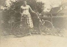 1961, na qual a Sra. Laurita Manske encontra-se com uma bicicleta Göricke do corrente ano... Foto feita em Blumenau, no bairro Fidelís.  GALERIA DE BICICLETAS ANTIGAS
