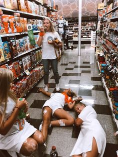 Go late night shopping 🧡 Cute Friend Pictures, Friend Photos, Cute Photos, Bff Pics, Beach Photos, Family Pictures, Cute Friends, Best Friends, Best Friend Fotos