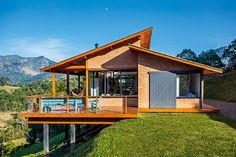 Banhada pelo Sol durante todo o dia, esta construção em Gonçalves, MG, é cercada pela paisagem verde da Serra da Mantiqueira