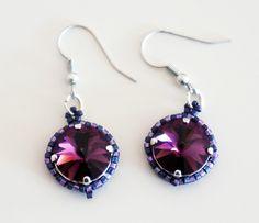 Boucles d'oreille violettes et roses avec un cabochon Swarovski : Boucles d'oreille par lesbijouxdunibou