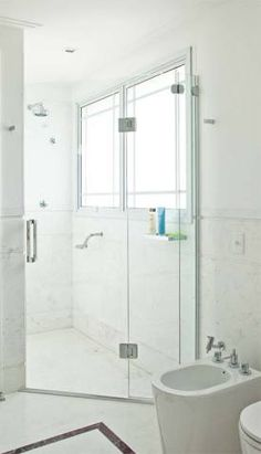 Nos boxes de banheiro, importa conher a ferragem e o sistema de abertura utilizado. Seis boxes publicados em Arquitetura & Construção