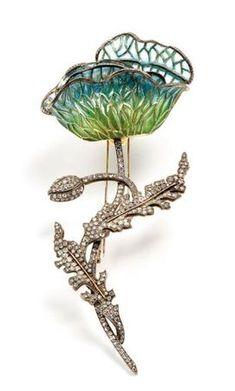 Moïra Cohen ,  Important clip en or jaune et argent pavé de diamants. La fleur est en plique-à- jour dégradé vert et bleu. La bordure des pétales est sertie de diamants. Ce motif est l'emblème de l'artiste.