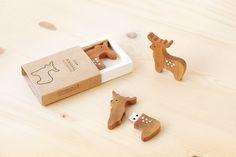 Reindeer and Pine Tree USB 2.0 Flash drive    Capacity : 16 GB   Material : European Pine wood  Design :  - Reindeer dark wood  - Reindeer light wood ...