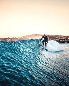 Surfing holidays is a surfing vlog with instructional surf videos, fails and big waves Snowboard, Cali, Style Surfer, Surfing Pictures, Sup Surf, Learn To Surf, Big Waves, Ocean Waves, Surfs Up