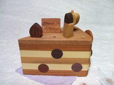 ショートケーキをデザインしたオルゴールです。ゼンマイを巻くとオルゴールを奏でながら上のリンゴが回ります。ローソクやイチゴなどマグネットのオーナメントが5つ付い... ハンドメイド、手作り、手仕事品の通販・販売・購入ならCreema。