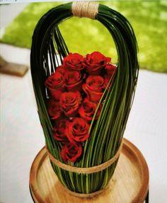Best 12 round oasis, pins, grass, few big flowers – SkillOfKing. Tropical Flower Arrangements, Ikebana Flower Arrangement, Flower Vases, Tropical Flowers, How To Wrap Flowers, Unique Flowers, Big Flowers, Deco Floral, Arte Floral