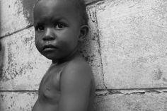 http://www.accioncontraelhambre.org/incidencia3.php  Voces invisibles: testimonios de SIDA y Hambre en Zambia   La pandemia del VIH/SIDA ha traspasado las fronteras de la salud. Sus efectos sobre la seguridad alimentaria y el desarrollo rural están siendo catastróficos, especialmente para el continente africano, amplificando la vulnerabilidad de los africanos y reduciendo las posibilidades de desarrollo.