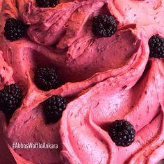Taptaze böğürtlenli dondurmamız yeni çıktı. Bu lezzeti kaçırmayın deriz!
