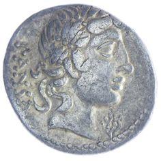 C. Vibius Pansa, Av: PANSA, Kopf des Apollo mit Lorbeerkranz nach rechts, davor Lyra, Rv: C VIBIVS [C F], Minerva mit Speer und Tropaeum in Quadriga nach rechts