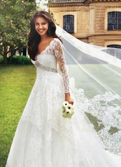 Namorada de Cristiano Ronaldo posa vestida de noiva para revista