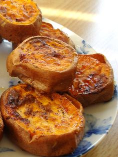 Low-Roasted sweet potatoes -- slice sweet potatoes into inch rounds. Brush both sides with olive oil. Sprinkle generously with salt and pepper. Roast at 350 for 30 minutes, turning once. Raise temp to Roast 15 – 20 minutes until golden brown Very yummy! Think Food, I Love Food, Good Food, Yummy Food, Tasty, Potato Dishes, Vegetable Dishes, Food Dishes, Side Dishes