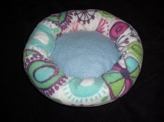 Make this doughnut bed for you guinea pigs. Easy DIY with step by step instructions and pictures.