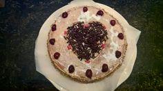 Lovely cake met heerlijke aarbeien botercreme en kersen als afmaker.