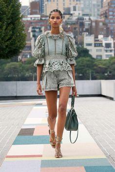 New York Fashion, Runway Fashion, Fashion News, Spring Fashion, Fashion Show, Fashion Looks, Fashion Design, Fashion Trends, New Yorker Mode