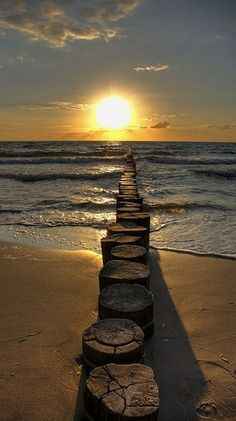 Sonnenuntergang, in stone steps from beach all way into ocean and sunset Beautiful Sunset, Beautiful World, Beautiful Places, Beautiful Pictures, Wonderful Places, Amazing Sunsets, Beautiful Morning, Nature Pictures, Belle Photo