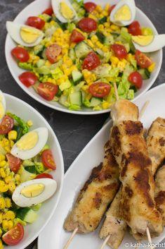 Knackiger bunter Salat mit Nugget-Spießen