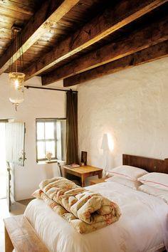 rustic cozy cottage bedroom via Adriaan Oosthuizen Fotografie Lakeside Cottage, Cozy Cottage, Cottage Ideas, Cottage Living, Modern Prefab Homes, Prefab Houses, South African Homes, Dream Bedroom, Master Bedroom