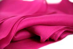 La sublime étole en soie est envoyée dans sa jolie pochette. Etole en soie  rose fushia -  etole  EtoleensoieFuchsia  PrincesseFoulard   PrincesseFoulard.com 9821044ab67