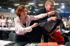 Nach einem Angriff mit einer Sahnetorte auf die Fraktionsvorsitzende der Partei Die Linke im Bundestag, Sahra Wagenknecht (unten), decken die Parteivorsitzende Katja Kipping und der Fraktionsvorsitzende im Bundestag, Dietmar Bartsch, das Gesicht von Wagenknecht mit Jacken ab. Foto: dpa