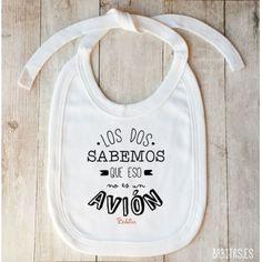 """Babero """"No es un avión"""" Tira Dinosaur Tattoos, Baby Boom, Cross Stitch Baby, Baby Store, Cotton Bag, Children, Kids, Cute Babies, Onesies"""