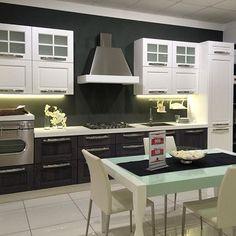 Ecco un modello di cucina moderno che ha richiami allo stile classico. Vieni a vedere le infinite soluzioni nel nostro show room all'ingresso di Modugno (Bari) in via Roma 120. Siamo il più grande centro cucine del Sud Italia.