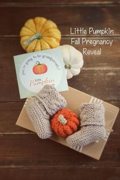 How wonderful method to surprise future grandparents with fall pregnancy reveal shoes. Autumn baby announcement booties are made of soft acrylic yarn. Little pumpkin announcement shoes suitable for 0-4 months babies. Please note that colors displayed on the screen may vary slightly depending on your