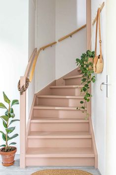 Make over: roze trap en deur in de kleur Skin Powder - Stijlinge - DIY Interior Stairs, Interior And Exterior, Lime Paint, Picture Frame Molding, Traditional Paint, Painted Stairs, Mineral Paint, Stairways, Home Decor Inspiration