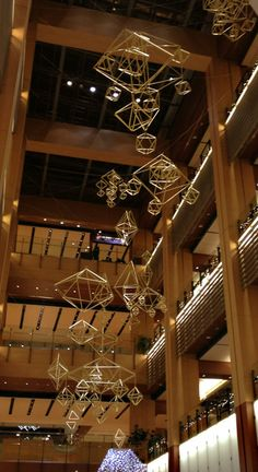 普段は北欧雑貨のお店でしか見かけることのない「ヒンメリ」も、  クリスマスの時期には、オーナメントとして、 街なかに飾られることも。  こちらは、2012年、東京ミッドタウンのクリスマスの装飾。 Accessories Display, Hanging Crystals, Geometric Decor, Wire Crafts, Handmade Ornaments, Christmas Items, Diy For Kids, Decorating Your Home, Creations