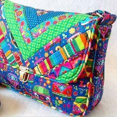 Sac à main Bella Bella, avec un patchwork en tissu 100% coton, structuré, fermoir en métal, poche arrière avec fermeture éclair intégrée, bandoulière.  Taille 28 x 19 x 9 cm.  Pour @renatablancotecidos.  Sera là à la Foire #brazilpatchworkshow #tecidolindo #estampabacana #bag #handmadebag #patchwork #sewing #amocosturar #ropatch #renatablancotecidos