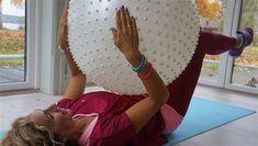Leila Söderholm tränar med pilatesboll