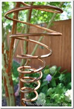 Copper Mobile How to make your own spinning copper mobile for appx 10 dollars. So easy.How to make your own spinning copper mobile for appx 10 dollars. So easy. Copper Wire Crafts, Copper Decor, Copper Art, Metal Crafts, Metal Projects, Diy Garden, Garden Crafts, Garden Art, Upcycled Garden